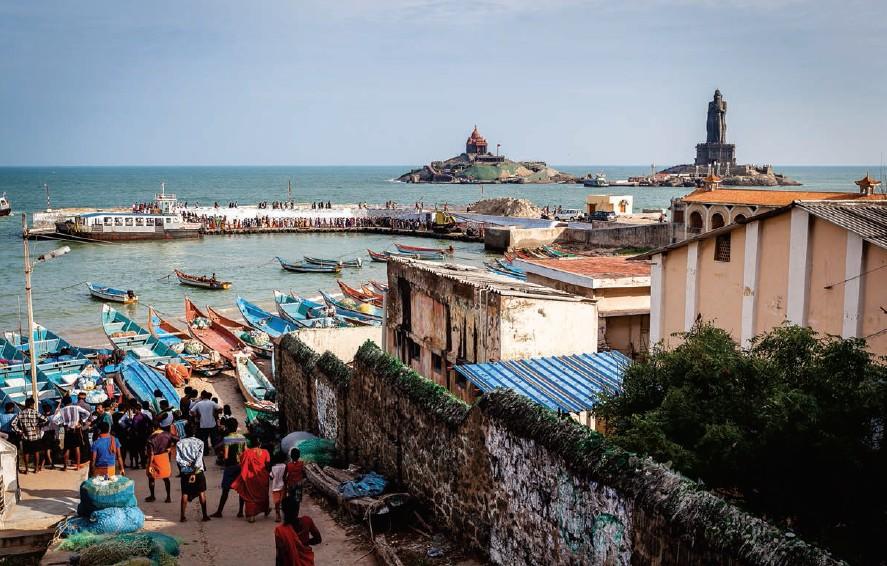Barcos en el puerto de embarque antes de salir hacia la roca. A la izquierda, el monumento a Swami Vivekananda. A la derecha, la estatua de Thiruvalluvar.