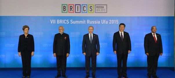 Dilma Roussef (Brésil), Narendra Modi (Inde), Vladimir Poutine (Russie), Xi Jinping (Chine) et Jacob Zuma (Afrique du Sud) au sommet des BRICS, en Russie, en juillet 2015