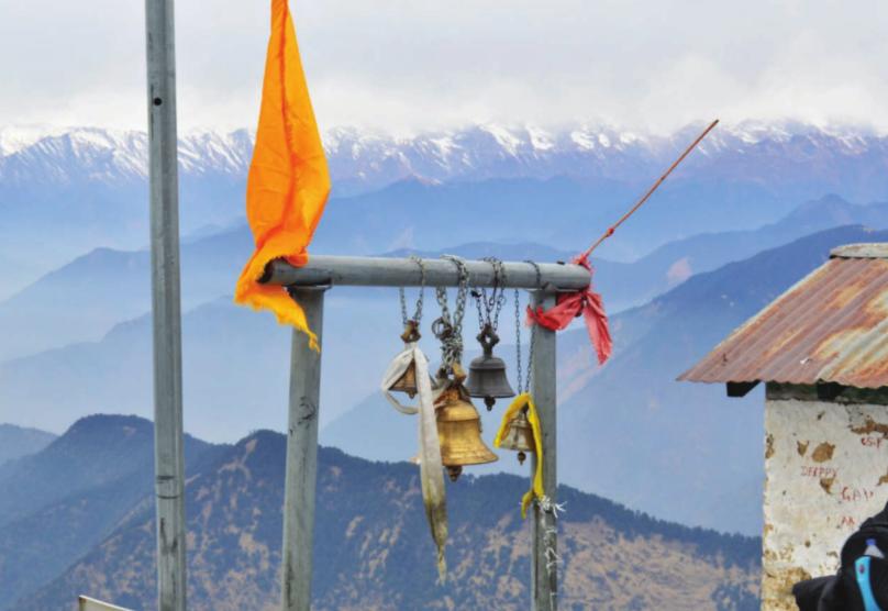 Die Aussicht auf die schneebedeckten Berge von dem Gipfel des Chandrashila