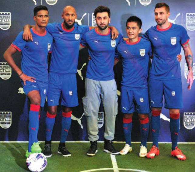 Mumbai City FC Mitbesitzer Ranbir Kapoor (Mitte) zusammen mit Spieler-und-Manager Nicolas Anelka (zweiter von links) und den Spielern Subrata Paul, Sunil Chhetri und Andre Moritz (von links nach rechts).