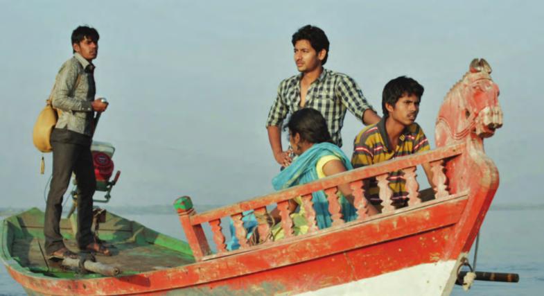 Parysha (stehend) ist der junge Held, gespielt von Akash Thosar