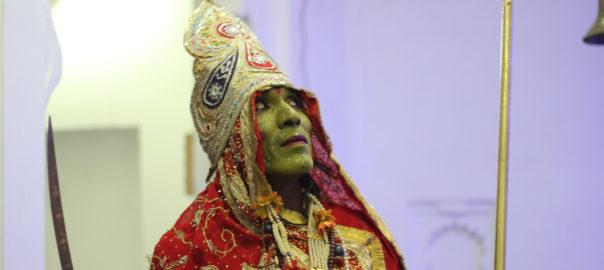 Prêt à interpréter l'avatar de la divinité hindoue « Ambay Maa »