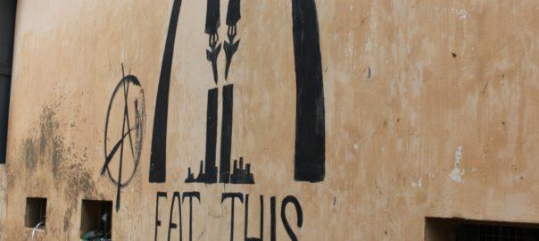 Une critique du consumérisme mondialisé, accompagné d'un symbole anarchiste