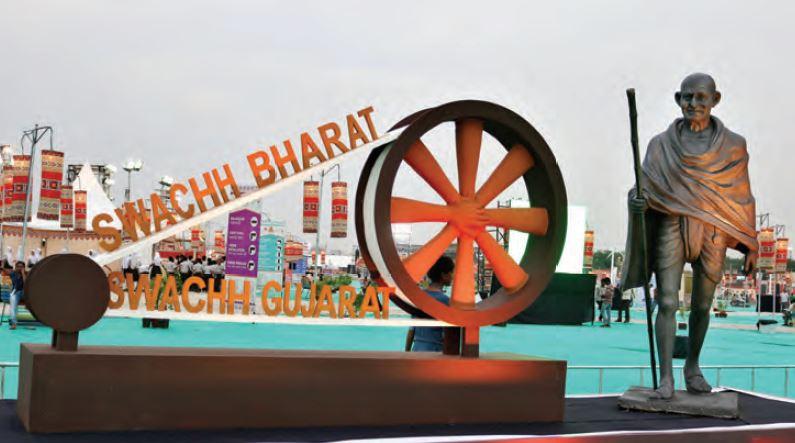 (En haut) Statue du Mahatma Ghandhi, pour marquer la « Swachh Bharat Mission » ; (En bas) La façade de l'Heritage Khirasara Palace