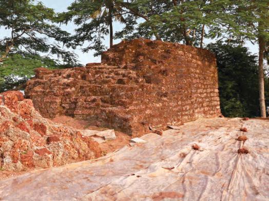 Bild Überschriften: Von links nach rechts: Das Kottappuram Fort kann am einfachsten über die Boote am Hop-On Hop-Off Anleger erreicht werden; Überreste des von Portugiesen 1523 erbauten Forts