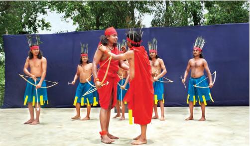(links) Eine Gruppenmitglied mystischer Volksmusiker (genannt Bauls) spielt in der Nähe eines Lehmhauses in Satkahania (oben) Schauspieler aus indigenen Stämmen bei der Probe einer Jagdszene auf der Freilichtbühne des Theaterdorfs Tepantar