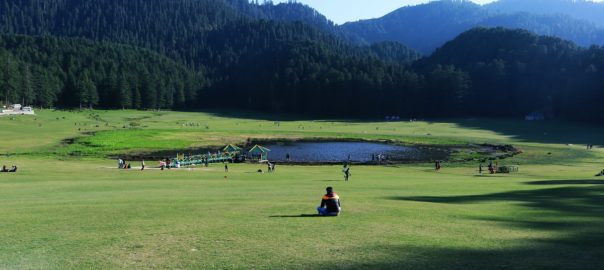 Le lac de Khajjiar reflète le blanc des pics enneigés et le bleu du ciel