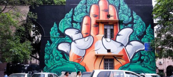 Le motif traditionnel du Cambodge, « Khmer » fusionné avec l'interprétation indienne d'une position de la main « padma mudra », qui symbolise la pousse d'un lotus.