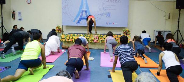 Des mélodies françaises mêlées à la pratique millénaire du yoga