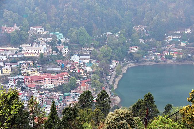 Une vue panoramique de Nainital, depuis le zoo, le seul de l'Etat