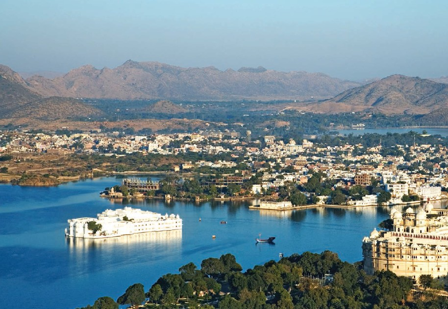 With the Lake Palace in its centre, Lake Pichola is dotted by numerous hotels along with the City Palace on its coast line