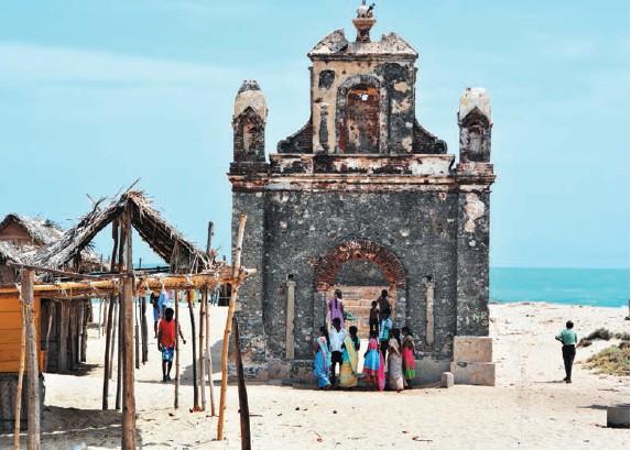 Ruinas de una antigua iglesia en la playa