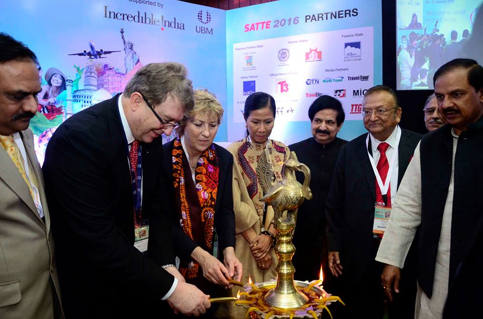 Michael Duck, Exec. Vice President, UBM Asia Ltd. and Dr. Mahesh Sharma, Tourism Minister, India inaugurating SATTE 2016