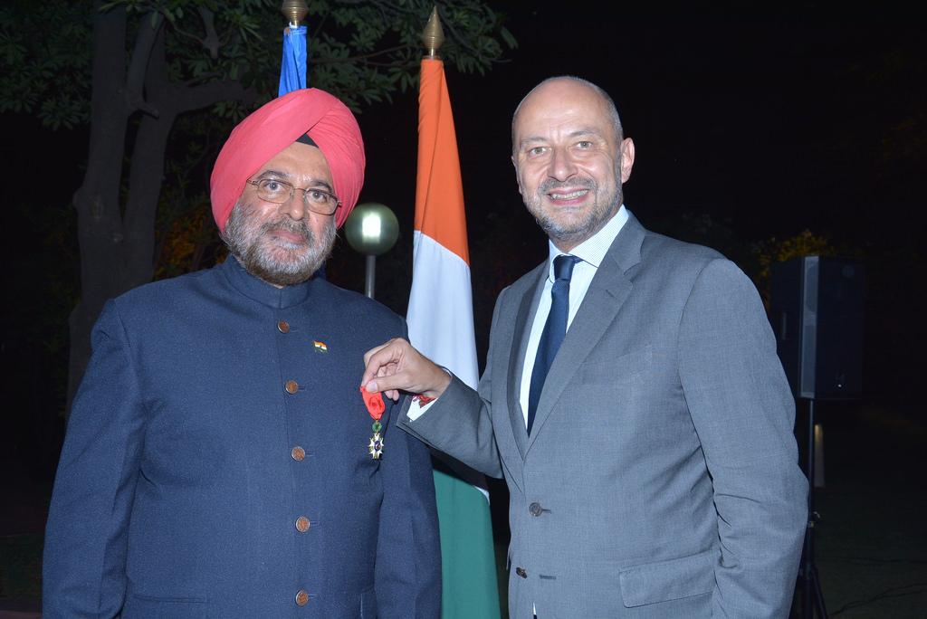 Le Général JJ Singh  avec François Richier, Ambassadeur de France en Inde