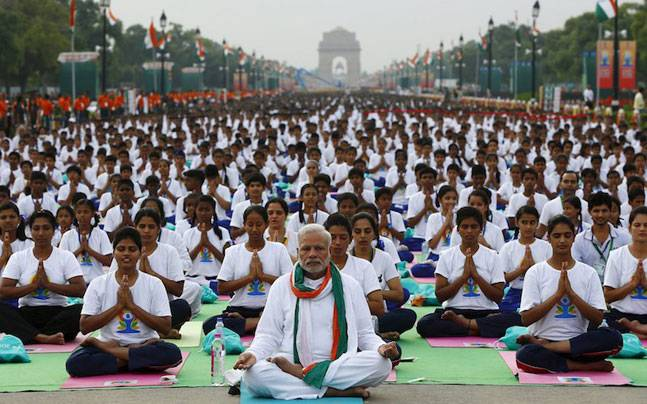 Le Premier ministre indien, Narendra Modi, pendant la Journée du Yoga en 2015, devant la India Gate à New Delhi.