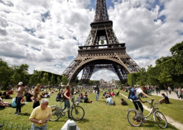 Paris unveils new tourism policy to woo back tourists