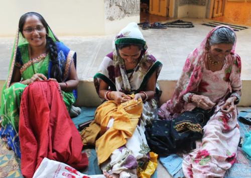Les teintes colorées de la vie d'un village au Gujarat