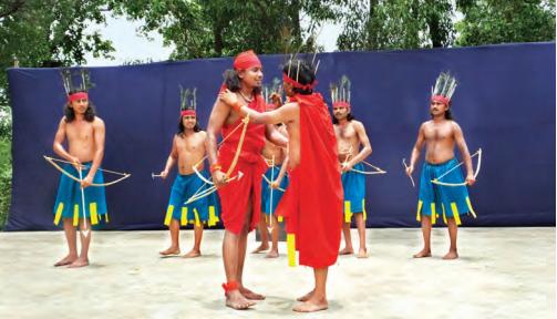(Izquierda) Un grupo de músicos folclóricos místicos (conocidos popularmente como bauls) actúan delante de una cabaña de barro en Satkahania; (derecha) Actores de teatro tribal ensayan una escena de caza en un escenario abierto en el campus de Tepantar