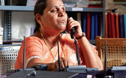 De izquierda a derecha: una empleada con deficiencia del habla y un cliente se comunican en un Costa Coffee de New Delhi; Cafe Coffee Day en South Delhi; una mujer con deficiencia visual en el trabajo