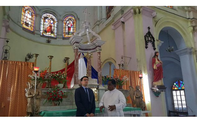 L'ambassadeur avec le Père Orsen Wells à Chandernagor, au Bengale Occidental