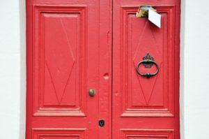 Une plaque avec votre nom sur la porte d'entrée aidera la chance à vous trouver