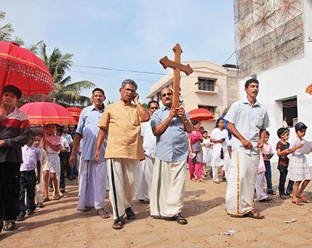 De gauche à droite : Eglise Saint-Thomas de Kochuveli, Kerala ; procession annuelle de l'Eglise Malankare orthodoxe à Parumala, Kerala