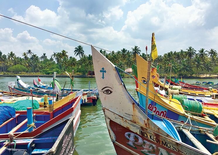 Vue depuis le phare de Varkala, fort d'Anjengo, mer et canaux ; dans les backwaters en direction de la mer ; bateaux peints des pêcheurs du Kerala
