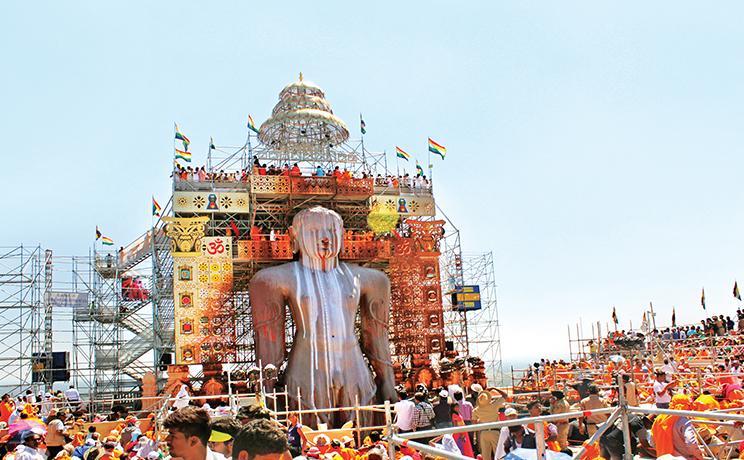 La statue de Bahubali lors du Mahamastakabhisheka au Karnataka