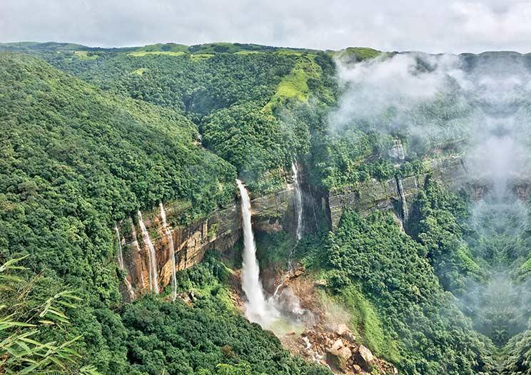 En el sentido de las agujas del reloj, desde la izquierda: cascadas Nohkalikai; cuevas de Mawsmai; puente de raíces vivas