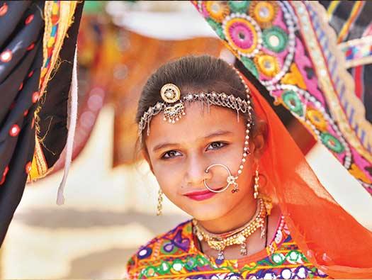 Una niña india vestida con la ropa típica de Rayastán