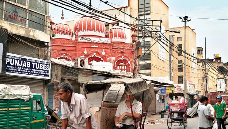Au milieu de Chawri Bazaar une trace du prestige dont les tawa'ifs jousissaient : une mosquée érigée au début du XIXe siècle par David Ochterlony, résident anglais de Delhi, pour sa partenaire courtisane Mubarak Begum