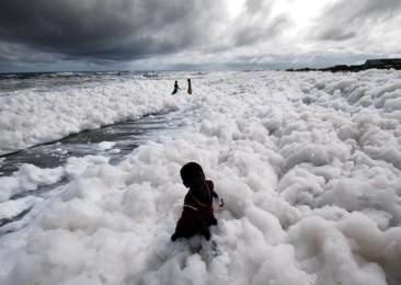 Une mer de mousse toxique sur Marina Beach à Chennai