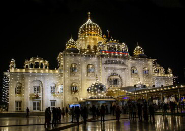 551st Gurunanak Jayanti: Devotees throng decked up Bangla Sahib in Delhi