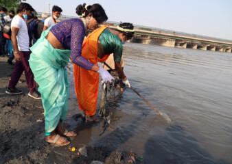 Delhi's transgenders lend helping hand to Yamuna clean up
